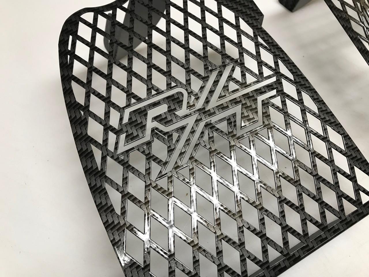 Grilles de côté pour série RT - Carbone Noir et Gris - Logo RT
