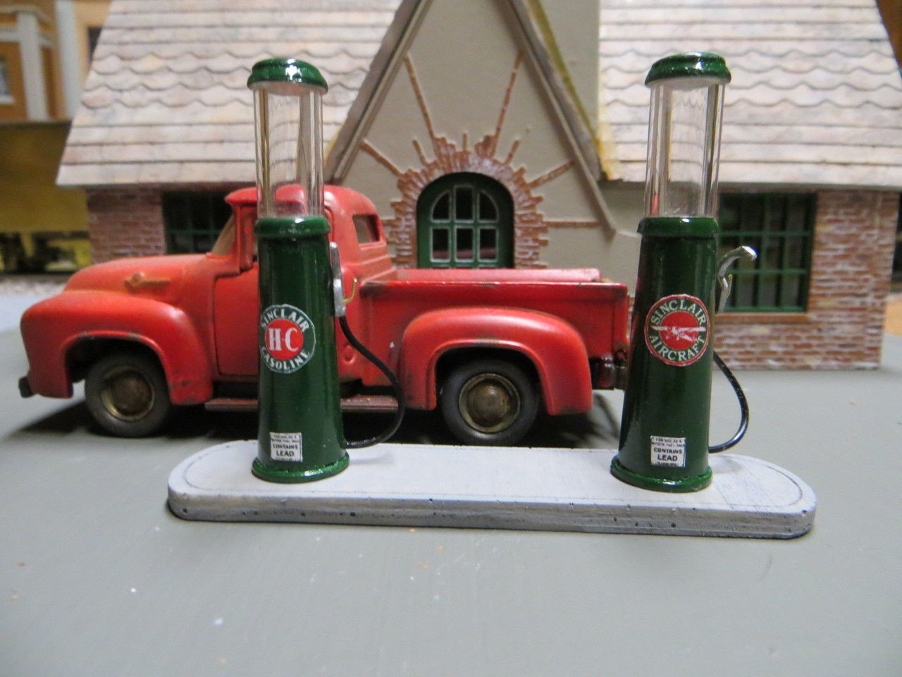 O Scale 20s Sinclair Gas Station Resin Kit w/ pumps
