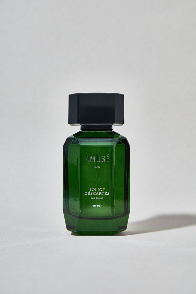 Amuse for Men: Fresh, strong top notes of Mandarin and Lemon develop over warm notes of Bergamot topped off with Mint. At the heart of the fragrance, a mixture of Cloves, Geranium and Vetiver essences unfolds. The base is refined by subtle notes of Musk, Moss, and warm Amber.