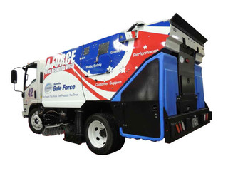 Schwarze SuperVac Gale Force Parking Lot Sweeper