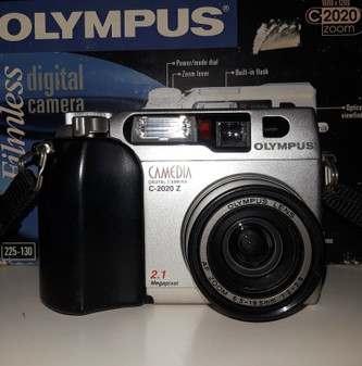 Olympus CAMEDIA C-2020 Zoom 2.1MP Digital Camera - Black & Metallic silver