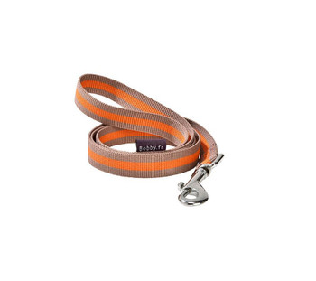 Two-coloured nylon lead. Contrasted stripe in the middle of the strap. 1 meter long. Composition : 100 % nylon Care : Machine washable (30°) Size: W2 x L 100 cm