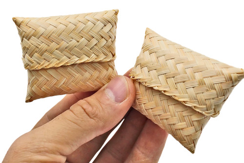 The 3400 pk2 Small Palm Leaf Pillow are adorable foot toys for your feathered friends enjoyment! The 3400 includes (2) pillows in the pack. Each pillow is made with natural woven palm leaf.