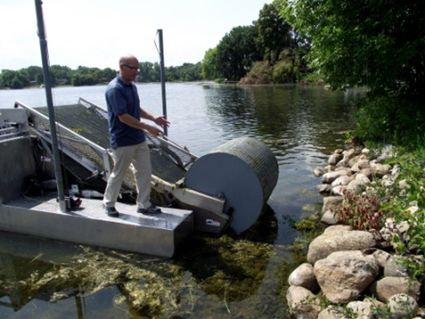 Lake Weed Cutter boat harvesting