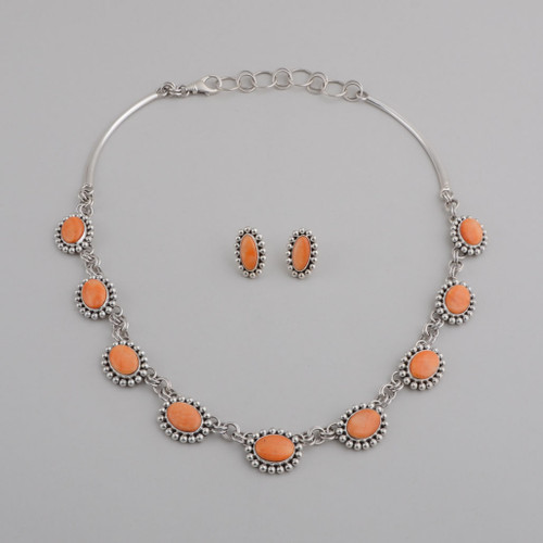 This Artie Yellowhorse orange spiny oyster shell necklace and earring set is simple and elegant elegant.  The curved sides on the necklace help it lay nicely on the neck.