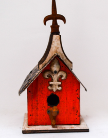 This stylish red bird house is adorned with a cream Fleur-de-lis.
