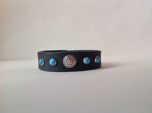CEOriginals Women's leather cuff with turquoise rivets