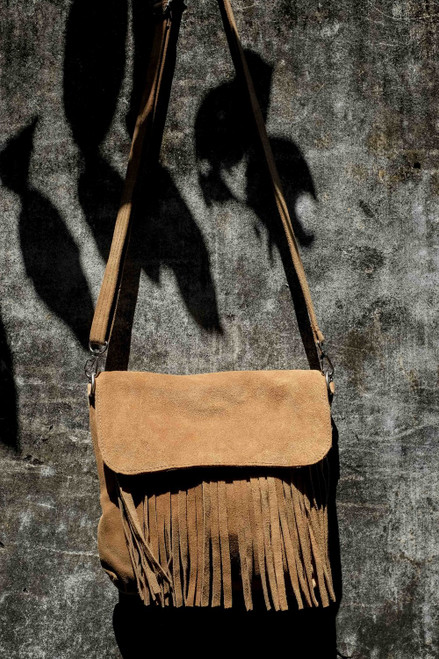Handmade from 100% leather, this tasseled handbag with detachable shoulder straps adds a splash of rustic style to any outfit.