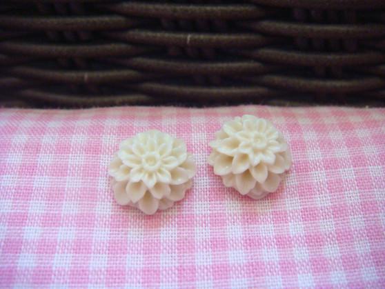 1cm Light Beige Chrysanthemum Cabochon