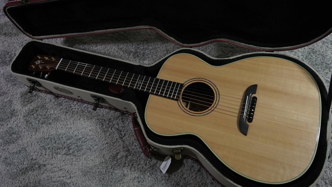 Alvarez Yairi FYM70 Masterworks OM Acoustic/Electric