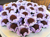 Mini Rosa in Violet.  Vibrant colors that are perfect for any party. Forminhas para doces.