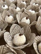 Rustica Flower is Truffle or Brigadeiro holder made of burlap material. Forminha rustica para doces feitas com juta.