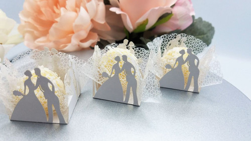 White Wedding Couple, 4 Petal Design or Laser-cut Truffle or Brigadeiro Wrapper. Forminhas para doces.