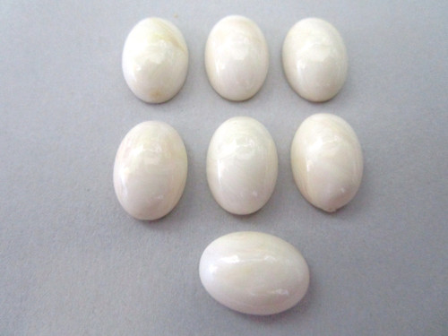 Marble beige 10x14mm oval cabochon vintage lucite