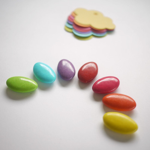 Schokoladendragees in den Regenbogenfarben