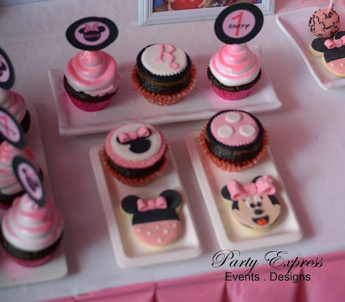 Minnie Mouse Outfit First Birthday-sweets table
