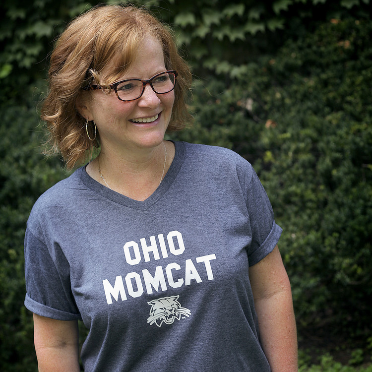 OHIO MOMCAT V-NECK T-SHIRT