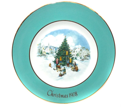 Vintage Christmas 1978 Avon Trimming the Tree Collector Plate in Box Wedgewood