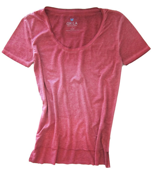 Relaxed and easy, short sleeve with a deep scoop neck in shades of red garment wash. 100% Organic Cotton. The front is shorter with an unfinished hem.