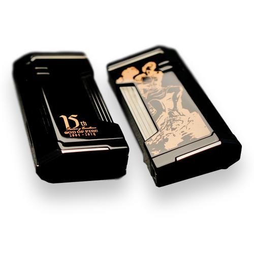Prometheus Magma X Flat Torch Flame Cigar Feuerzeug - 2019 Limited Edition God Of Fire 15. Jahrestag - Schwarzer Lack und Roségold - Außen - Vorderseite - Rückseite