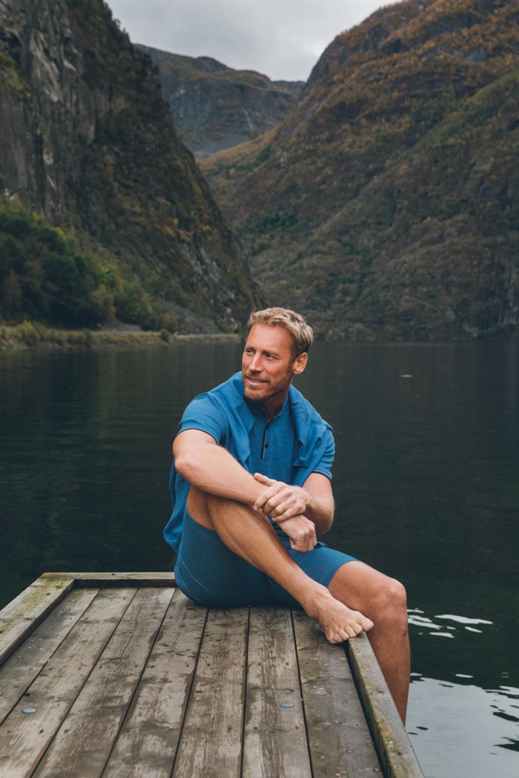 Man wearing Dale of Norway's Fredrik mens T-shirt in Medium Blue Mel/Light Grey/Off White Mel/Navy Mel, 93771-H