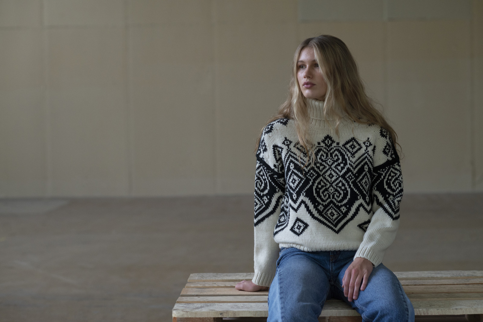 Woman wearing Dale of Norway Falun Sweater, Ladies - Off White/Black, 94041-A