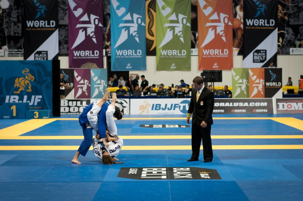 World Champion Penny Thomas attempting an armbar during the 2012 IBJJF Worlds finals while wearing the Manto X GI