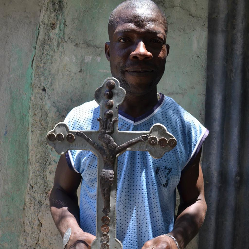 Recycled metal artist Haiti