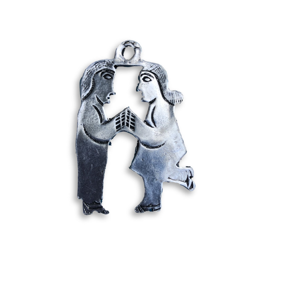 "Pewter Magnet, Kissing Couple  1 1/2"" x 1"""