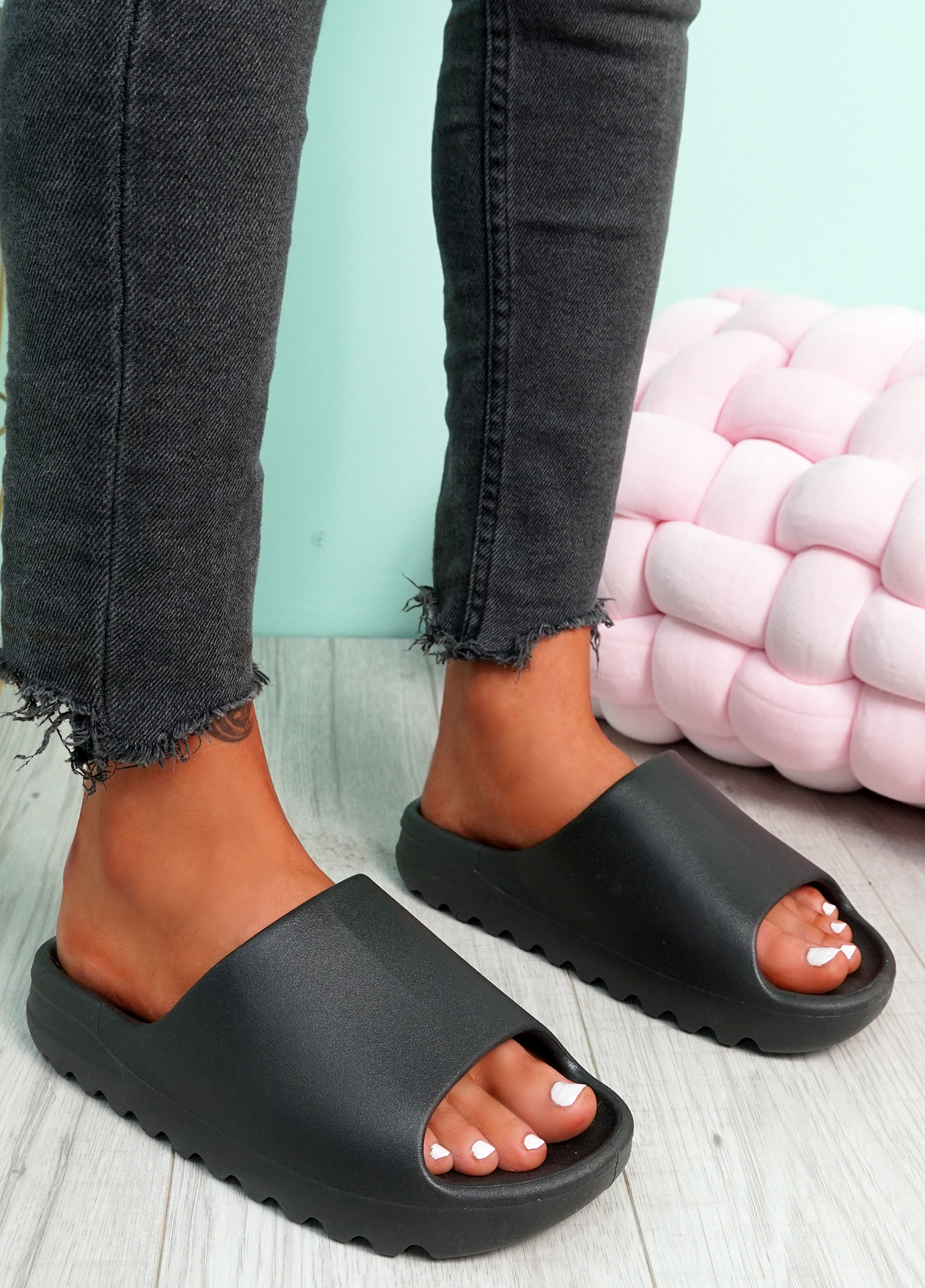 Minna Black Flat Sandals