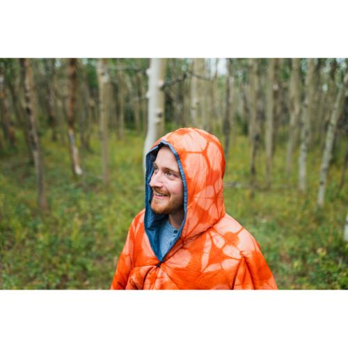 Man wearing Kelty Hoodligan Blanket