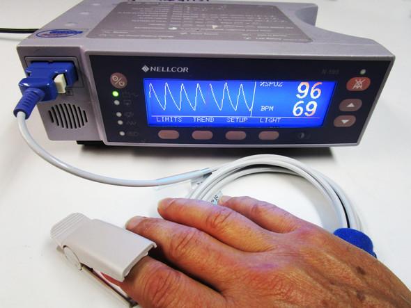 Nellcor ™ N-595 SpO2 Pulse Oximeter w/ Finger Sensor