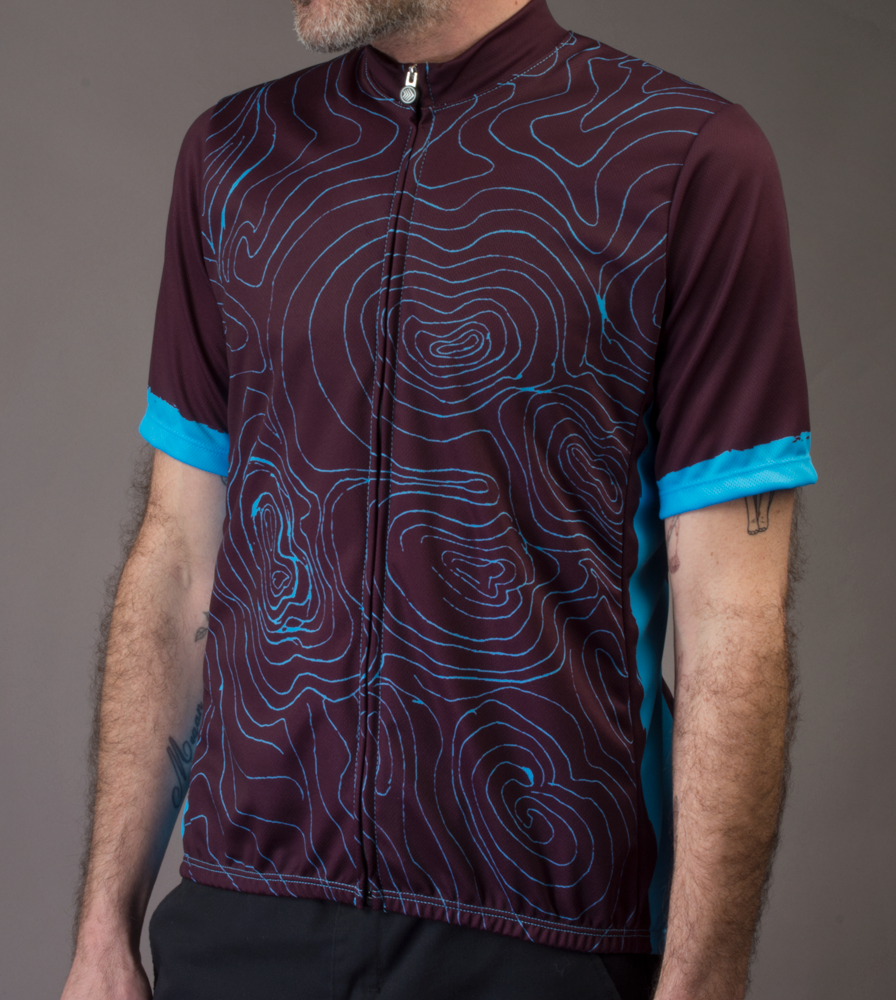 topo-cyclingjersey-model-beet-front.png