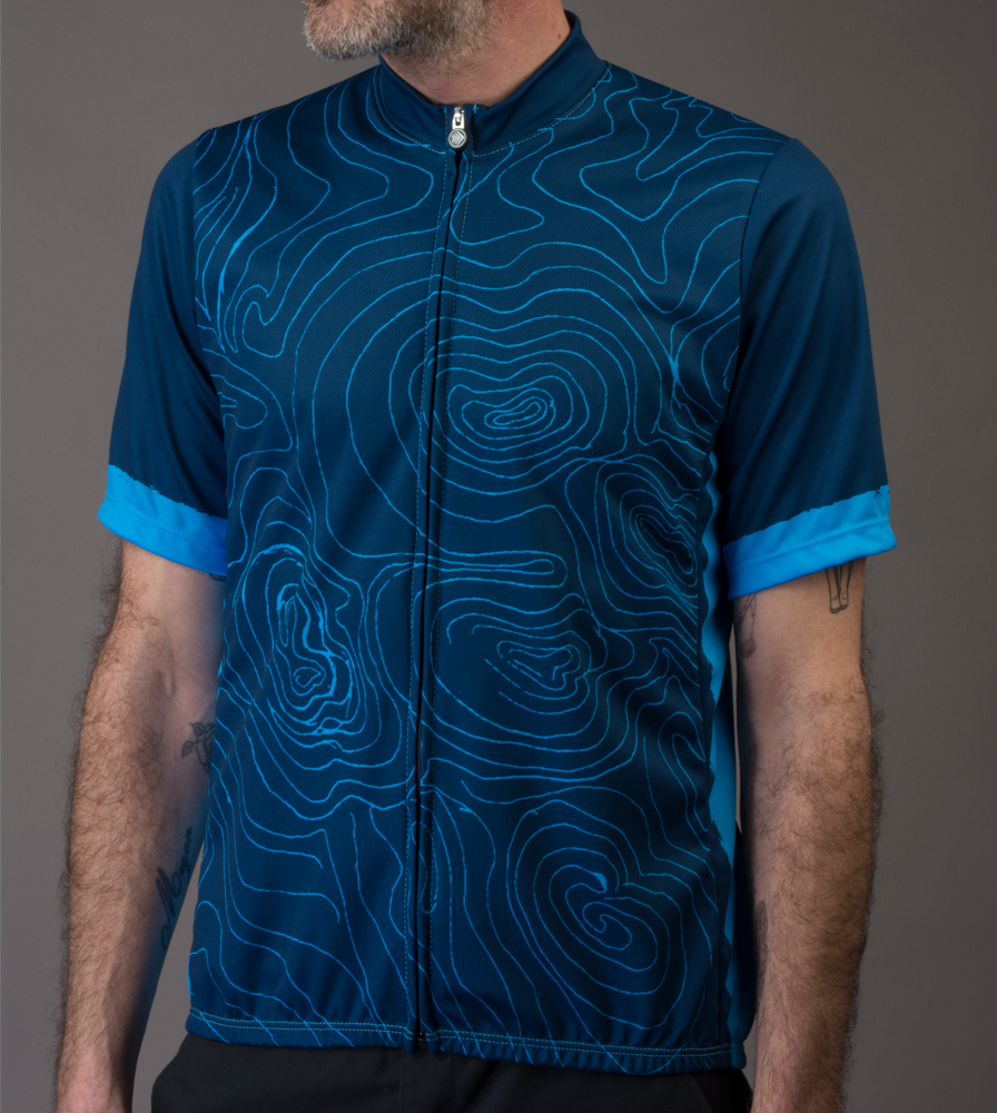 topo-cyclingjersey-model-blue-front.png