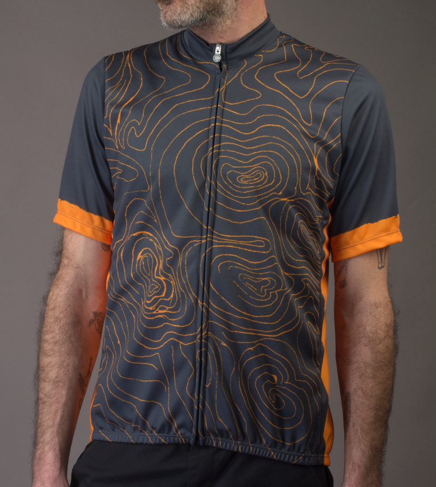 topo-cyclingjersey-model-grey-front.png