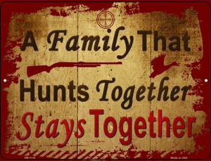 A Family That Hunts Together Wholesale Novelty Mini Metal Parking Sign PM-1116