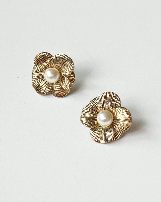 Antique Gold Pearl Daisy Studs from kellinsilver.com