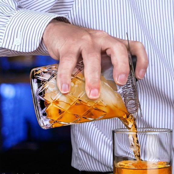 Yarai Seamless Mixing Glass pouring