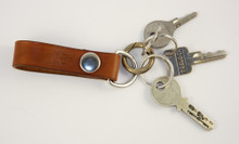 Schlüsselanhänger in Hellbraun mit Ring im Einsatz