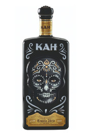 Made with 100% blue agaves in Mexico, Jalisco, this tequila is aged for around 18 months in American oak casks with a special toast. As all KAH's expressions, it comes in a unique bottle ― this one paying tribute to Nicaraguan Day of the Dead traditions.