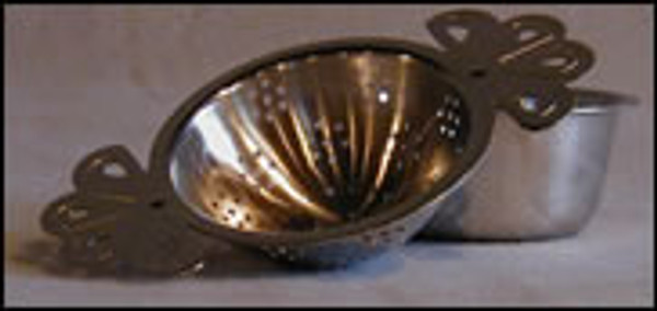 Fantail tea strainer with drip bowl