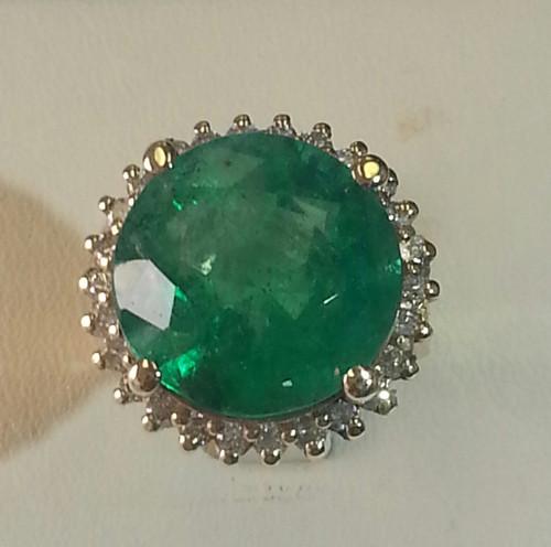 Lady's Beautiful Round Emerald And Diamond Ring