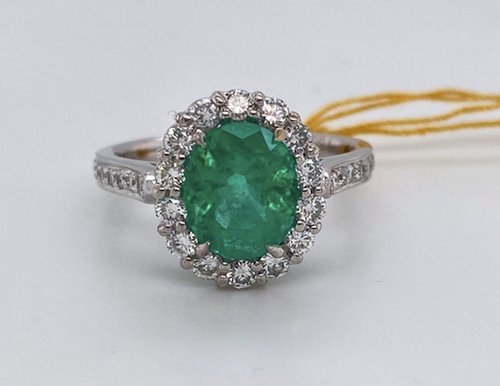 Lady's Beautiful Emerald And Diamond  Ring
