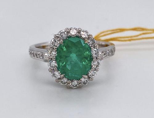 Lady's Beautiful Emerald And Diamond  Ring