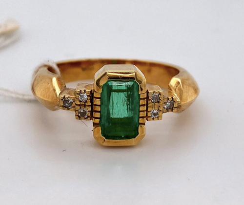 Lady's Attractive Emerald And Diamond Ring