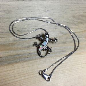Gecko pendant with chain