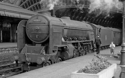 Hornby R3834 OO Gauge BR Thompson (early) Cl. A2/3 'Steady Aim' no. 60512