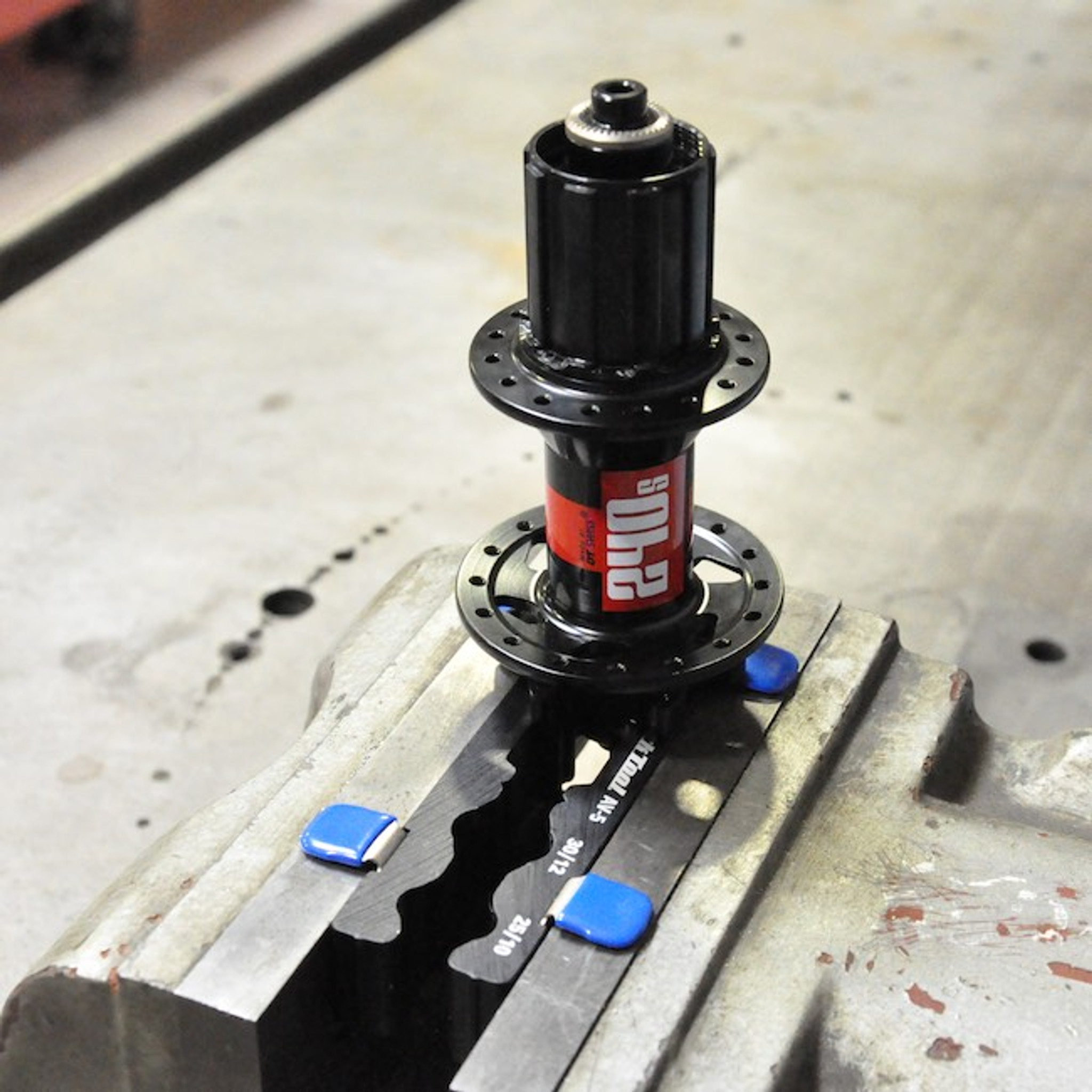 DT Swiss 350 Straight Pull F or R Hub 28H 15x100//12x142mm Thru Axle-Center Lock