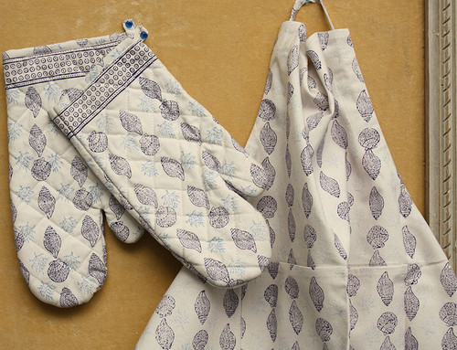 BLOCK PRINT OVEN MITTS AND MATCHING APRON SET - BLUE AND WHITE MIX
