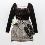 -Black Color -Square Neckline -Velvet Texture -Elastic Shoulder -Corset Detail in Front -Long Sleeve -Crop Top -Top  Materials: 95% Polyester | 5% Spandex  T8761 TOP BRNV